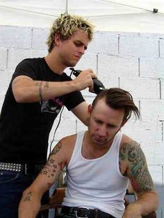 Green Day - Billie Joe Armstrong and Mike Dirnt. Billie looks so confused