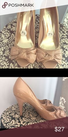 Size 7 peep toe heels with bows Never worn tan/ nude shoes INC International Concepts Shoes Heels