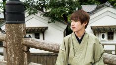 日本の若い男性に立っている、日本の町 stock photo