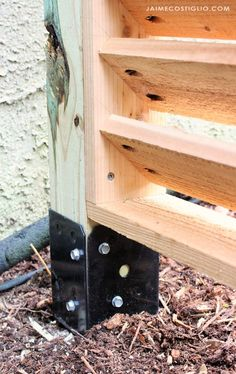 A DIY tutorial to build an AC screen fence panel using Simpson Strong-Tie EZ spikes. Hide that unsightly AC unit with a louvered screen. Informations About DIY AC Screen Cover - Jaime Costiglio Pin Yo Ac Unit Cover, Ac Cover, Backyard Privacy, Backyard Fences, Diy Wood Projects, Woodworking Projects, Diy Ac, Bahama Shutters, Diy Fence