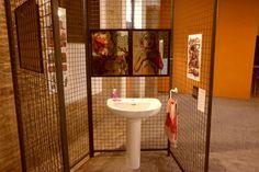 """Instalación de """"Cárcel de Carne"""". Mesón Morella. Exposición """"Mil historias en el coco"""". 2013."""
