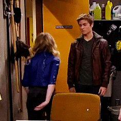 Lo soltó y se acercó a la puerta pero justo antes de abrirla Lucas la levantó y la colocó en una esquina