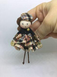 Brooch doll Burberrys Jewelry de Mischic en Etsy https://www.etsy.com/es/listing/506113910/brooch-doll-burberrys-jewelry