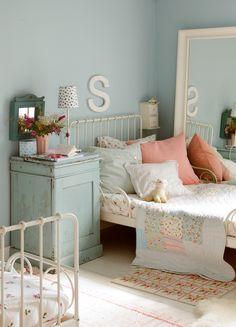 Dormitorio infantil en azul celeste y blanco. Camas de hierro y mesita de madera antigua (00351852)