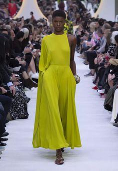 Discover all the creativity and originality of the Valentino Spring Summer 20 women's fashion show. Catwalk Fashion, Work Fashion, Fashion 2020, Spring Fashion, High Fashion, Fashion Show, Fashion Looks, Fashion Design, Valentino Women