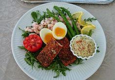 Saras madunivers: Fiskeanretning med varmrøget laks, rejer, æg og as...