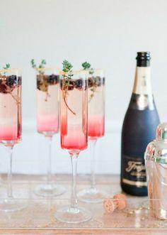 Champagne cocktail med brombær og timian