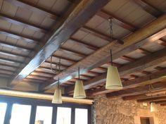Lámpara suspendida sobre tabla de madera
