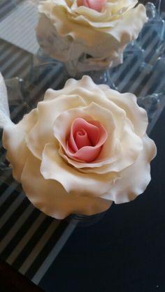 Rosas em pasta de açúcar