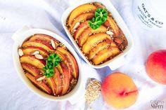 Ein saftig-süßer Frühstücksauflauf aus Porridge und gebackenen Pfirsichen. Kinderleicht zubereitet, gesund, lecker. Auch als Dessert oder zum Brunch.