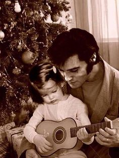 Lisa Marie and Elvis under the Christmas tree! -- ( Elvis and Lisa Marie Presley ) Lisa Marie Presley, Priscilla Presley, Elvis Und Priscilla, Tennessee, Graceland, Mississippi, Tyrone Power, Burning Love, Elvis Presley Photos