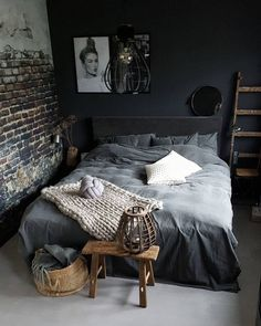 dunkles Schlafzimmer mit Wänden in mattgrauem Anthrazit und… dark bedroom with walls painted in matt gray anthracite and deco de p … dark bedroom with walls painted in matt gray anthracite and deco pan in industrial wallpaper -