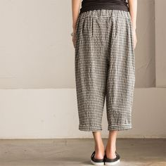 """Art Causel Black White Grid Wide-legged Pants Linen Causel Women Clothes K988A Clothes will not shrink,loose Cotton fabric, soft to the touch. *Care: hand wash or machine wash gentle, best to lay flat to dry.*Material: Cotton  Weight:340g*Colour:Photo colour*Model size: Height/Weight: 169cm /45kg W/H(cm):57/84          Height/Weight: 162cm/45kg W/H(cm):67/87 *Measurement(It can fit size M,L well.)Length: 83 cm / 32""""Waist: 64-82 cm / 25""""- 32""""Hip: 120cm / 57""""Front Rise: 40 cm…"""