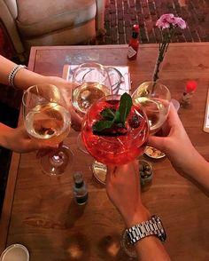 GT & Wine in Antwerpen Een samenvatting van de roadtrip: een heel weekend lang eten, drinken, dansen en Belgische snacks Ik heb nu drie dagen niet getraind. No stress! Ik merk dat mijn lichaam moe is en rust nodig heeft Vanaf morgen begin ik weer aan nieuwe trainingsweek. Het leven bestaat niet alleen maar uit voeding, training en macros tellen  #genieten#qualitytime#friends  Yummery - best recipes. Follow Us! #foodporn