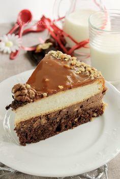 Pentru ca e weekend va incant cu un dulce mai complx, dar foarte bun! Sa aveti un weekend minunat Ingrediente: Blat negru: 3 oua 150 g zahar 60 g unt 50 ml lapte 120 g faina 15 g cacao 100 g nuca tocata 10 g praf de copt Vanilie Blat alb: 200 g. Nut Recipes, Sweet Recipes, Cake Recipes, Dessert Recipes, Just Desserts, Delicious Desserts, Romanian Desserts, Yummy Cupcakes, Let Them Eat Cake