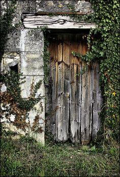 That Old Barn Door, rustic beauty Cool Doors, Unique Doors, Portal, Old Gates, Old Barn Doors, Grades, Country Barns, Shutter Doors, Grand Entrance