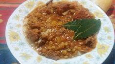 Guisito de arroz: en una sarten rehogar cebolla y verdeo. Agregar carne cortada a cuchillo. Sal. Azúcar  poquita. Provensal y pimenton. Salsa de tomate. Chorizo colorado en rodajas y dos hojitas de laurel. Hacer arroz a parte.