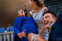 Desenfadado momento de entrega de la liga por parte de la novia a una amiga.
