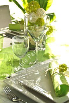 """Décoration de table """"prête-à-poser"""" Vert nature & blanc avec nappe non tissée, chemin de table, serviettes montées, bougies, décoration à parsemer et centre de table lumineux à LED."""