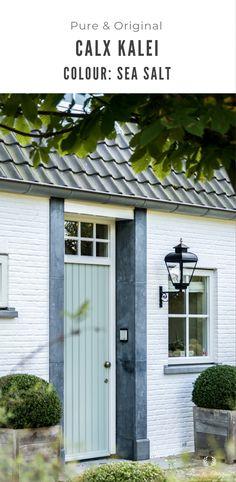 De entree en voorgevel van een kempisch landhuis dat geschilderd is in de Calx kalei kleur Sea Salt. Een mooie combinatie die de details als het arduin prachtig laat uitkomen. Calx kalei is een kant en klare kalei soort die eenvoudig aan te brengen is zonder betonmixer, kuipen, knoeien met pigment enz. Klik op de foto om meer te lezen. House Paint Exterior, House Painting, Facade, Garage Doors, Walls, The Originals, Outdoor Decor, Home Decor, Decoration Home