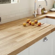 A traditional Oak Block solid wood kitchen worktop. Made with natural wood which means every worktop is unique. Available in two sizes. Ivory Kitchen, White Gloss Kitchen, New Kitchen, Kitchen Ideas, Kitchen Decor, Ugly Kitchen, Neutral Kitchen, Kitchen Nook, Kitchen Colors
