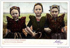 Postkaart: Met drie boerenmeisjes.