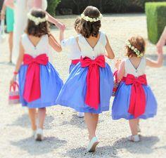Demoiselle d honneur en bleu, blanc et rouge avec sac assorti en liberty. Cortège Hariss et Harena. Wedding