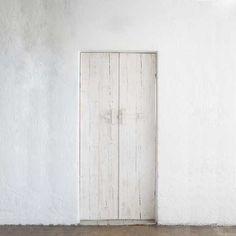 mediterraneanfeel: Sifnos Greece Cyclades (The Gifts Of Life) Custom Wood Doors, Wooden Doors, White Doors, Shades Of White, Single Doors, White Houses, Windows And Doors, Tall Cabinet Storage, House Design