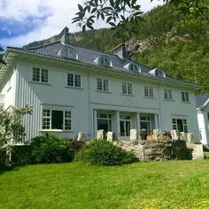 Admini Rjukan, Sølvvoldveien 3, NO-3660 Rjukan Norway House, Villas, Traditional, Mansions, Architecture, House Styles, Houses, Vintage, Nature