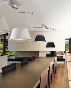 Żyrandole NATALIA to lampy wiszące, które doskonale sprawdzą się jako lampy nad stół w jadalni. Dzięki ruchomym ramionom/wysięgnikom, lampy można dostosować do oświetlenia blatu stołu, który został przestawiony lub rozłożony.