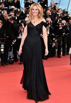 """Cannes Looks 2016: Die wie immer strahlende Julia Roberts zeigt sich bei der """"Money Monster""""-Premiere in einer Traumrobe von Armani Privé."""