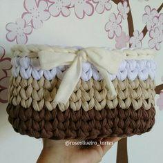 """""""Pronto, fiz um acabamento em creme com direito a lacinho a pedido da dona  #cestosorganizadores #basket #crochet #trapillo #fiosdemalha"""""""