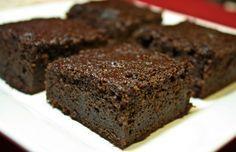Save Print Bolo Simples Fit de Chocolate Adoro essa receita, não vai farinha, é bem simples, fica cremoso e muito fofinho! Receita light para se comer aos finais de semana.