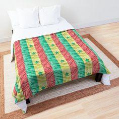 """Dessus entièrement imprimé en couleurs vives et dessous blanc. Enveloppe 100 % polyester, garnissage polyester d'une épaisseur de 2 cm (¾"""") et double surpiqûre carrée. Disponible pour les lits de format 1 place à king size (tailles US). Veuillez consulter le guide des tailles pour en savoir plus sur les dimensions de ce produit. Livré sans housses de coussin ni coussins de garnissage. Lavable en machine. Comforters, Quilts, Blanket, Guide, Polyester, Dimensions, Place, Tour, Bed"""