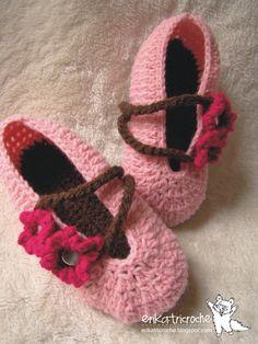 Oi amigas!!!! Apesar de ter passado o frio e estarmos na primavera, a Janaina - Tuttifruttigirl  me encomendou essas sapatilhas que são m...
