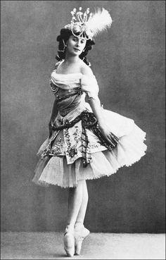 Vintage Ballerina, Ballerina Dancing, Ballet Dancers, Ballerina Skirts, Ballerinas, Anna Pavlova, Ballet Costumes, Dance Costumes, Historia Do Ballet