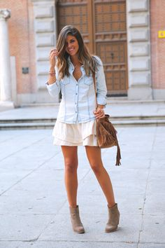 trendy_taste-look-outfit-street_style-denim-blog-blogger-fashion_spain-moda_españa-botines_camperos-it_shoes-cowboy_booties-skirt-falda-bolso_flecos-fringes_bag-camisa_vaquera-denim_shirt-19