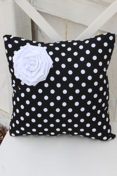 Black with White Polka Dot Pillow with White Flower Rosett Diy Pillows, Decorative Pillows, Throw Pillows, Cushion Covers, Pillow Covers, Sewing Crafts, Sewing Projects, Diy And Crafts, Polka Dots