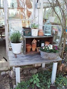 Simple but gorgeous potting table in front of the garden house - seen here: Sofias Bod Garden Deco, Garden Pots, Garden Sheds, Garden Benches, Shed Decor, Greenhouse Shed, Potting Tables, Photo Deco, Unique Gardens