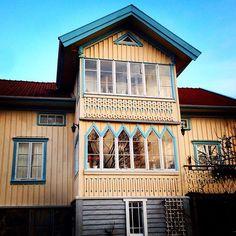Skärgårdshus på Bohus-Björkö. Ett av mina favoriter. Går ofta omvägen bara för att stå och titta på snickarglädjen och fönstrena en stund. Fina kulörer också. #skärgårdshus #sekelskifte #byggnadsvård #glasveranda #snickarglädje #björkö #dicransarafian