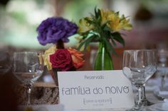 Dicas de como marcar os lugares para os convidados no casamento e ferramentas que podem ajudar na marcação dos lugares em um evento com mesa marcada.