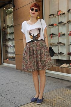 Street Style na Oscar Freire, SP – look moderno e confortável: saia rodada, camiseta divertida e alpargatas.