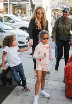 Mariah Carey Photos Photos - Mariah Carey is seen out toy shopping with her kids on April 18, 2017. - Mariah Carey Has a Toy Shopping Spree