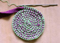 Discover thousands of images about Aloitus, virkkaamalla kiinnitetty matonkude Crochet Round, Love Crochet, Knit Crochet, Crotchet, Yarn Projects, Crochet Projects, Sewing Projects, Yarn Crafts, Fabric Crafts