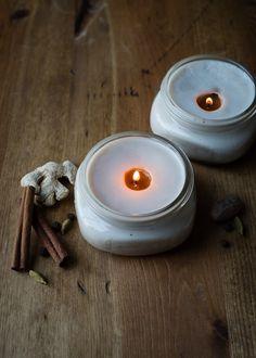Fazer velas em casa é muito fácil. Você pode comprar cera, reutilizar ou reciclar velhas velas para estes. Os óleos essenciais podem também ser adicionados -#DIY: Pretty Chai #Candles in Canning #Jars -