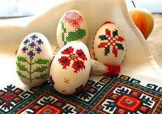 Here are some impressive modern Easter crafts projects Easter Egg Decorating Ideas - Easter Egg Crafts with a few other theme items of artistic style. Easter Egg Crafts, Easter Eggs, Cross Stitching, Cross Stitch Embroidery, Hand Embroidery, Machine Embroidery, Art D'oeuf, Tutorial Diy, Easter Egg Designs