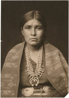 You are looking at an intriguing picture of a Navajo Woman. It was taken in 1904 by Edward S. The picture presents a Navajo woman wearing silver squash blossom necklace, concho belt, blanket draped over shoulders. Native American Photos, Native American Women, Native American History, Native American Jewelry, American Indians, Edward Curtis, Navajo Women, Squash Blossom Necklace, Portraits