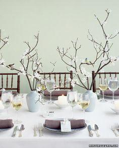 Klassiek wit tafellaken gecombineerd met vergrijsde pasteltinten. Mooi.