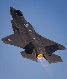 なにそれこわい / 外江彩 @nighthawkf117a F-35、F-22、F-86による編隊飛行