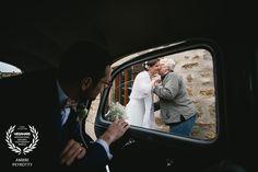 Award-winning wedding picture - Wedaward - groom waiting for bride in the car - Zephyr & Luna photograhy